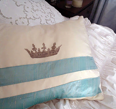 Crown-Pillow-Velvet2