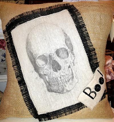 01 - DecoDesignandPetina - Burlap Skull Pillow