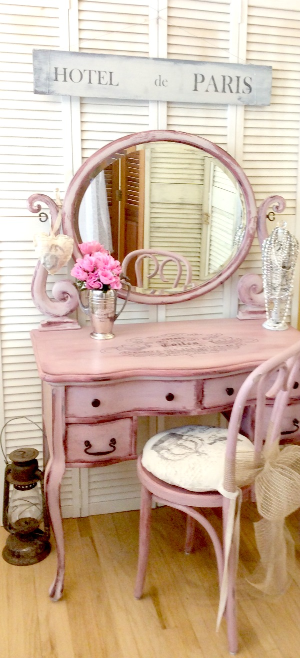 Hand Painted Antique Vanity Reader Feature The