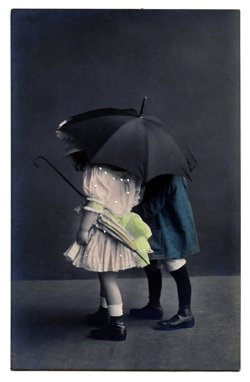 vintage clip art - sweet children with umbrella