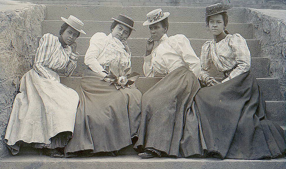 Old Fashioned Photo - 4 Ladies with Hats - The Graphics Fairy